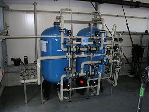 Doppelfilter-Enthärtungsanlage mit Einzelventilen, vollautomatischer Betrieb und Regeneration, Mikroprozessor gesteuert, PVC-Verrohrung Abgabeleistung Weichwasser: 2 - 20 m3/h. GEGENSTROM-REGENERATION.