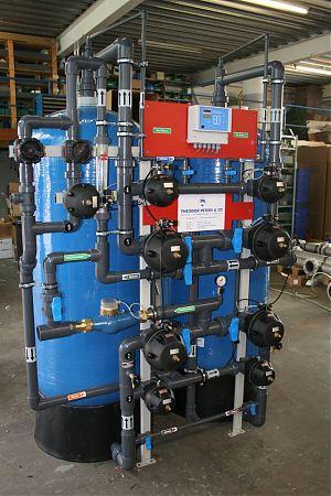 Doppelfilter-Enthärtungsanlage mit Einzelventilen, vollautomatischer Betrieb und Regeneration, Mikroprozessor gesteuert, PVC-Verrohrung Abgabeleistung Weichwasser: 2 - 10 m3/h. GEGENSTROM-REGENERATION, KOMPAKTBAUWEISE.