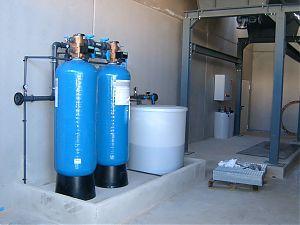 Doppelfilter-Enthärtungsanlage mit Zentralsteuerventilen, vollautomatischer Betrieb und Regeneration, Mikroprozessor (Eigenentwicklung) gesteuert, PVC-Verrohrung Abgabeleistung Weichwasser: 2 - 10 m3/h GEGENSTROM-REGENERATION.
