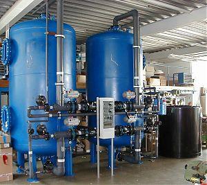 Doppelfilter-Enthärtungsanlage mit Einzelventilen, vollautomatischer Betrieb und Regeneration, Klein-SPS (Crouzet) gesteuert, PVC-Verrohrung, Abgabeleistung Weichwasser: 9 -90 m3/h. GEGENSTROM-REGENERATION, STAHLFILTER AUSFÜHRUNG.
