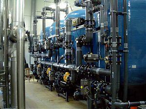Triobettfilter-Enthärtungsanlage mit Einzelventilen, vollautomatischer Betrieb und Regeneration, SPS (Siemens) gesteuert, PVC-Verrohrung, Abgabeleistung Weichwasser: 45-140 m3/h. GEGENSTROM-REGENERATION, REDUZIERUNG VON MANGAN, AUS BRUNNENWASSER.