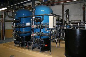 Doppelfilter-Enthärtungsanlage mit Einzelventilen, vollautomatischer Betrieb und Regeneration, SPS (Siemens) gesteuert, PVC-Verrohrung, Abgabeleistung Weichwasser: 6 - 65 m3/h. GEGENSTROM-REGENERATION.