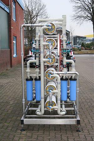 Kautschuk- und Kunststoffproduktion. Baujahr: 2011. Leistung: 2 x 9 m3/h getrennt fahrbar. Besonderheiten: extrem platzsparende Sonderlösung mit zwei gespiegelten Produktionsträngen, Altanlagen konnten integriert werden.