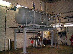 Rieselentgasung mit Entgasungsdom,  Bedienpodest und Zugangsleiter. Leistung 12 t / h.